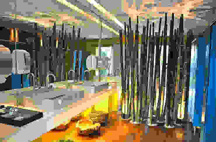 Banheiro Masculino por Rozânia Nicolau Arquitetura & Design de Interiores