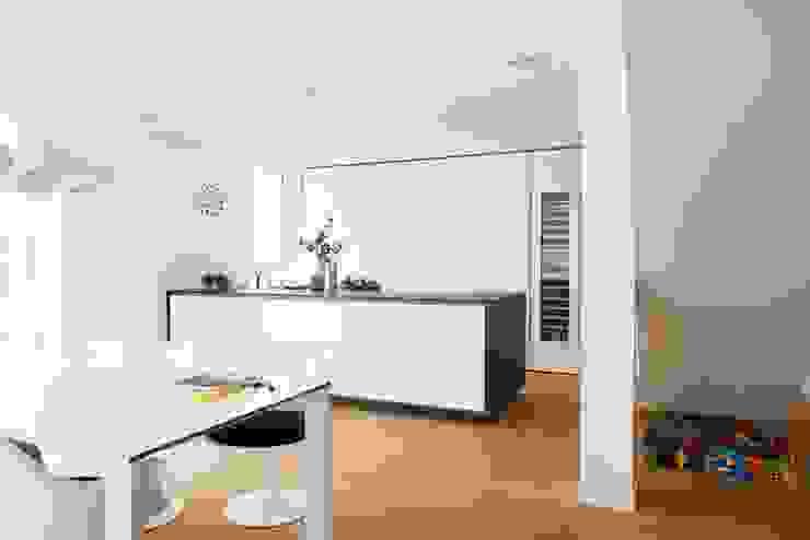 Кухня в стиле модерн от La Cucina Küchenspezialist GmbH & Co. KG Модерн