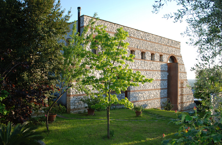 La cinta muraria Case moderne di MARTINI RUGGERI & PARTNERS Moderno