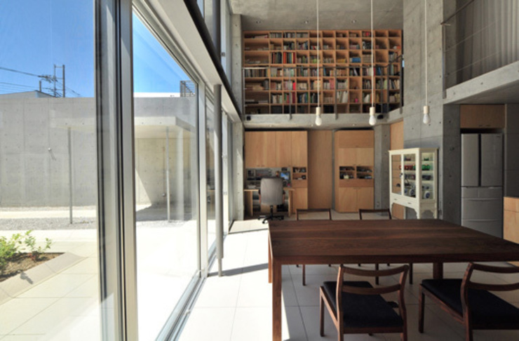 囲み庭の家 モダンデザインの リビング の mcja モダン