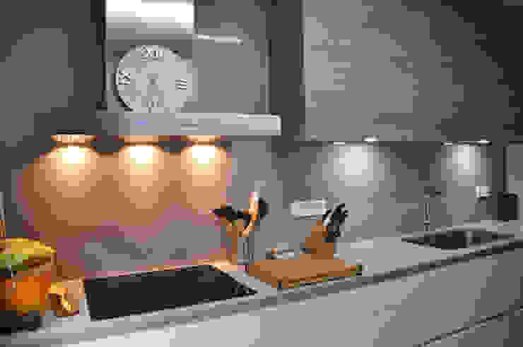 Modern Kitchen by VETZARA 3 S.L. Modern