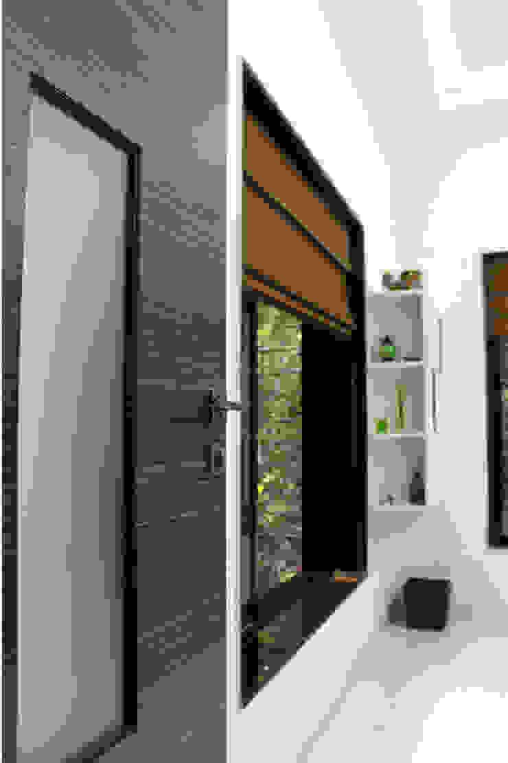 Studio: minimalist  by kaamya design studio,Minimalist