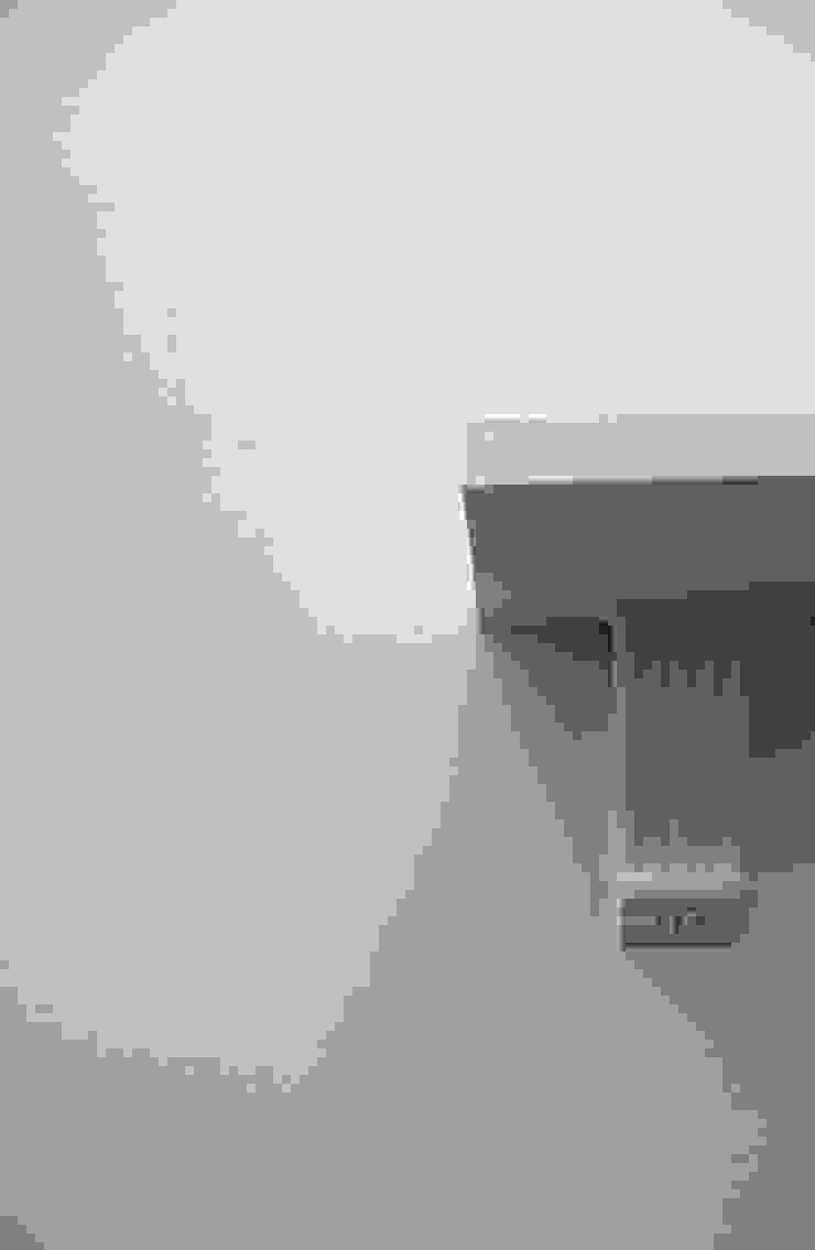 ornate shelf: minimalist  by kaamya design studio,Minimalist