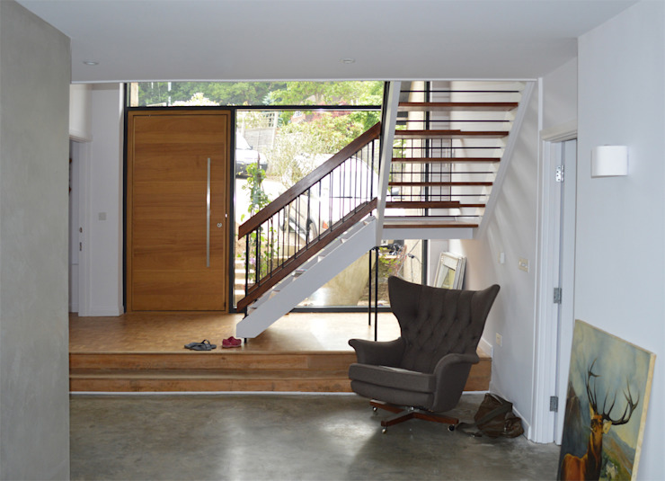 Hallway & Restored 1960s Staircase and Flooring - West Sussex de ArchitectureLIVE Moderno