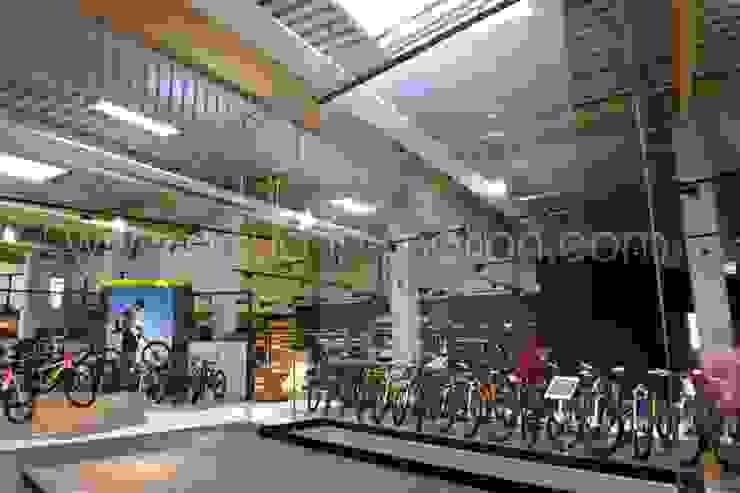 Wasserleinwand Festinstallation in einem Bike Store mit Projektion: industriell  von aqua-in-motion.com,Industrial