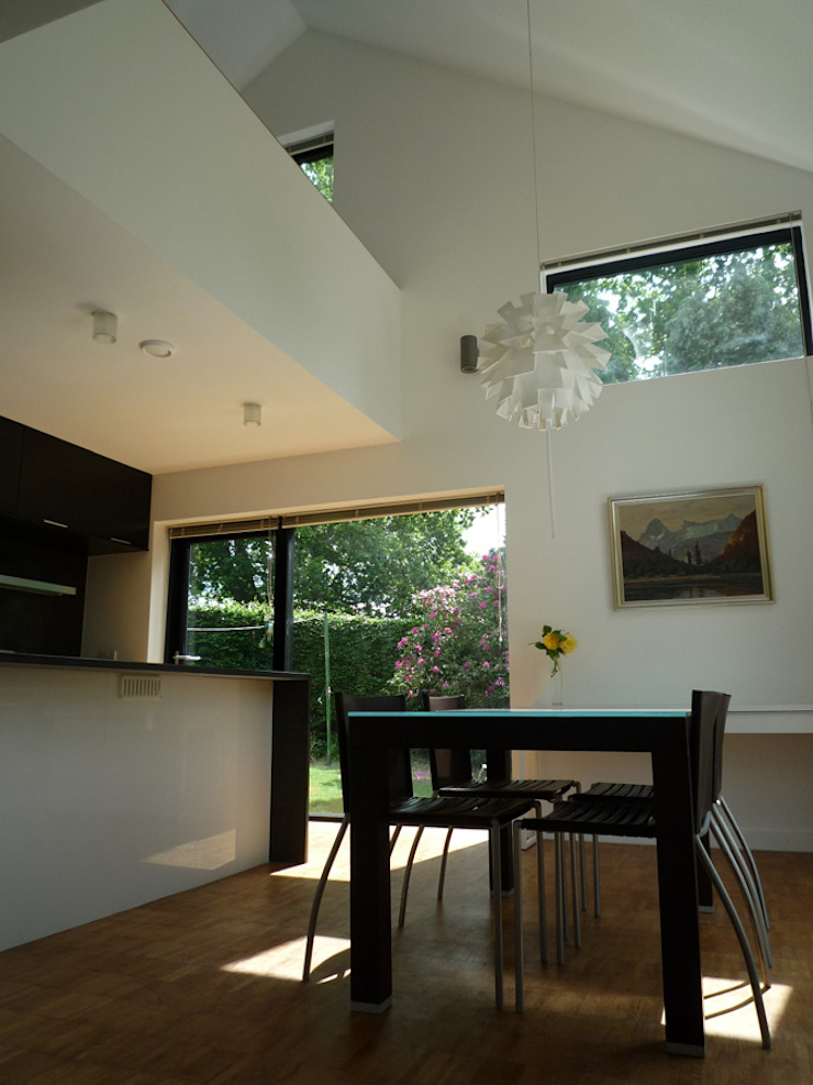Double Height Open-Plan Kitchen and Dining Room ArchitectureLIVE モダンデザインの ダイニング 白色