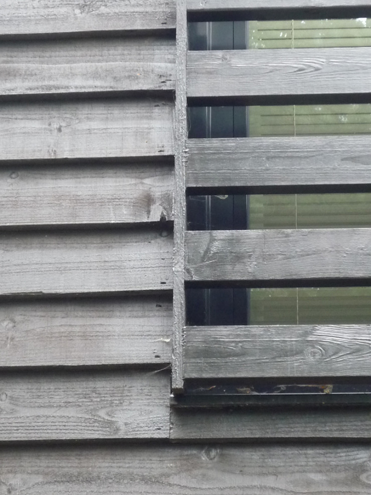 Thermally Insulated Black Timber Cladding detail ArchitectureLIVE モダンな 家 木 黒色