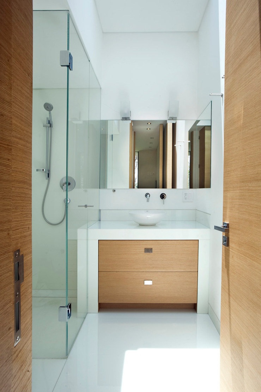 Casa V Baños modernos de Serrano Monjaraz Arquitectos Moderno