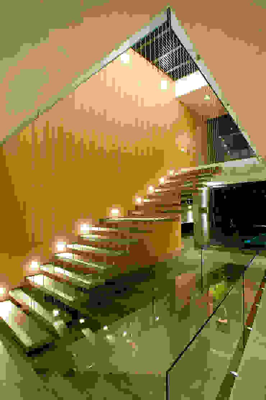 Casa V Pasillos, vestíbulos y escaleras modernos de Serrano Monjaraz Arquitectos Moderno