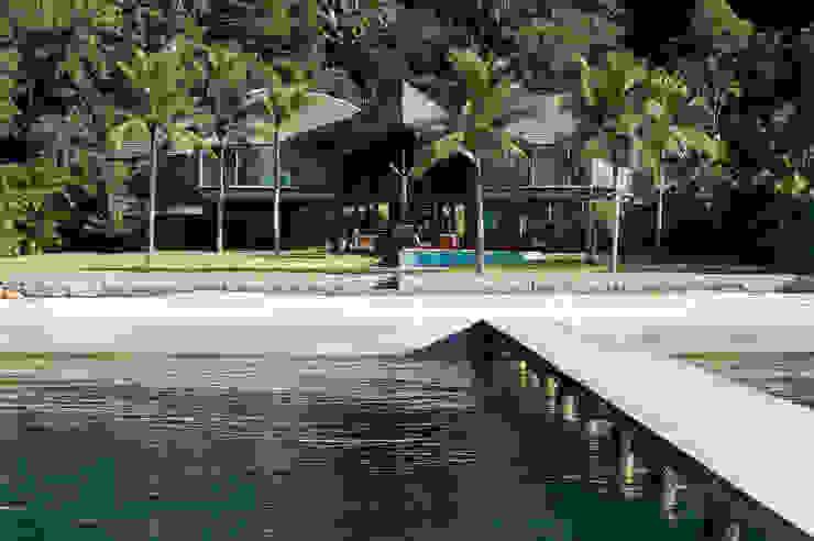 Casas de estilo tropical de Mareines+Patalano Arquitetura Tropical