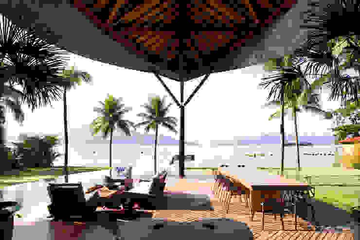 Casa Folha Varandas, alpendres e terraços tropicais por Mareines+Patalano Arquitetura Tropical