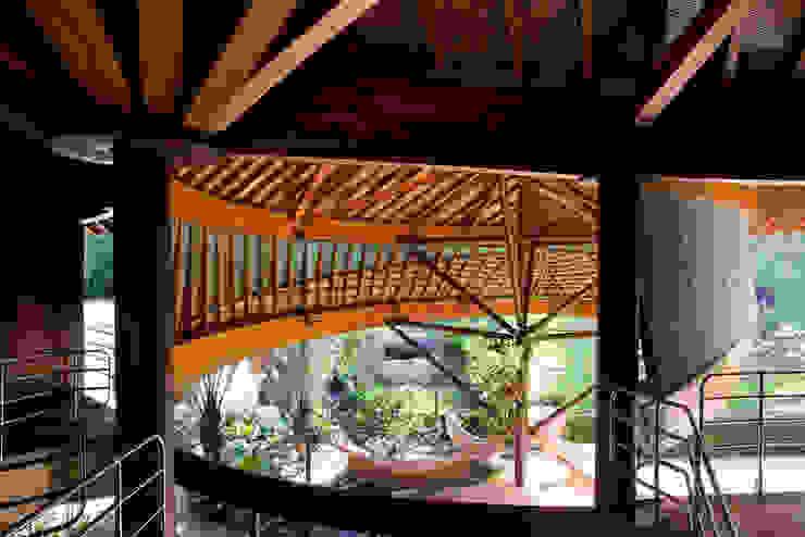 Balcones y terrazas de estilo tropical de Mareines+Patalano Arquitetura Tropical