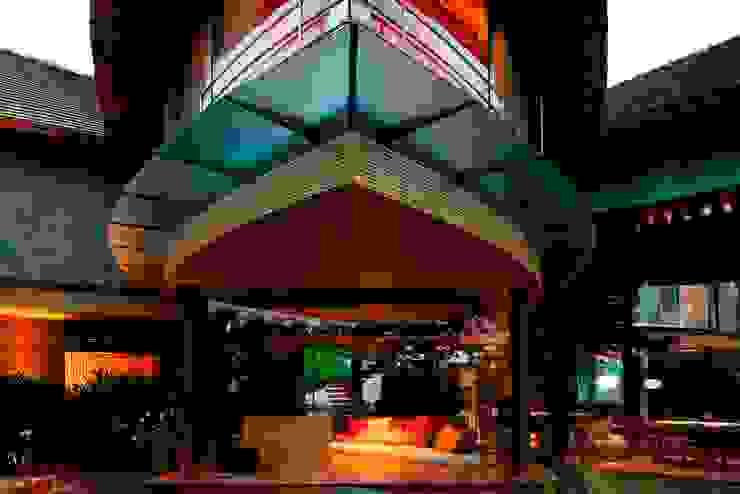 Livings de estilo tropical de Mareines+Patalano Arquitetura Tropical