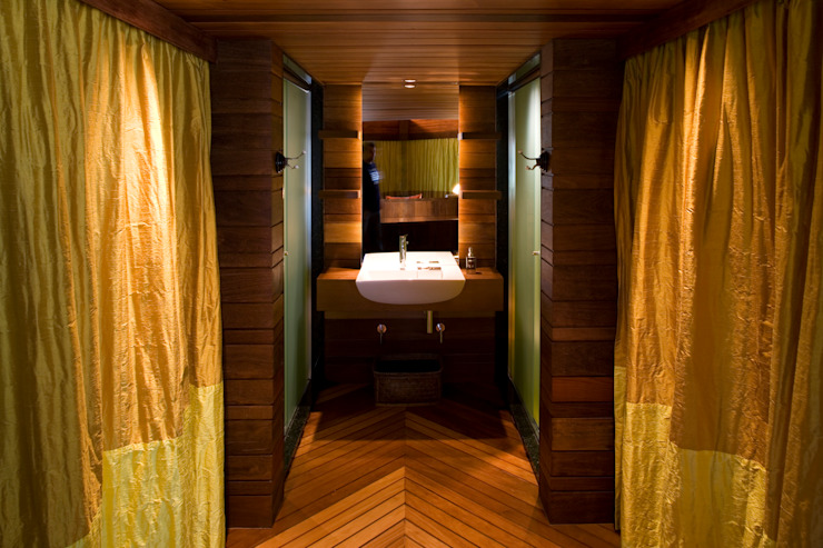 Baños de estilo tropical de Mareines+Patalano Arquitetura Tropical