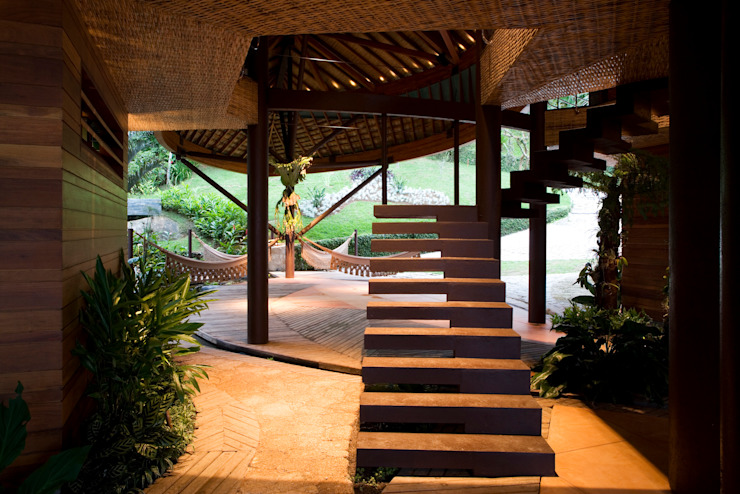 Tropical style corridor, hallway & stairs by Mareines+Patalano Arquitetura Tropical