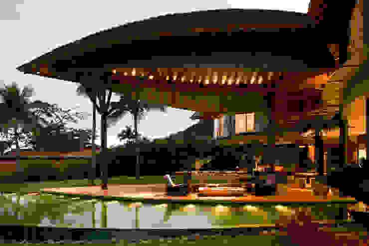 Balcones y terrazas tropicales de Mareines+Patalano Arquitetura Tropical