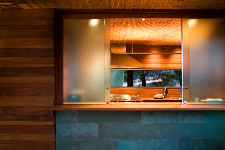 Tropical windows & doors by Mareines+Patalano Arquitetura Tropical