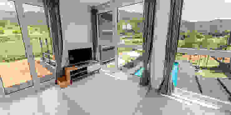 Modern living room by 큐브디자인 건축사사무소 Modern