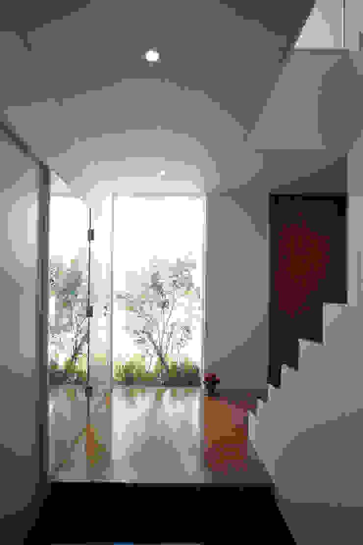 株式会社 U建築研究所 Modern corridor, hallway & stairs