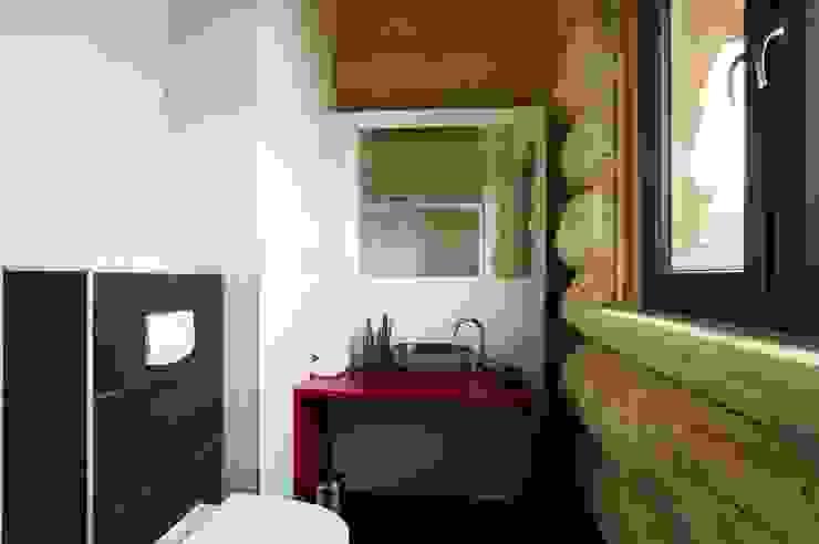 Ванная комната в эклектичном стиле от eb Massivhaus Deutschland GmbH Эклектичный
