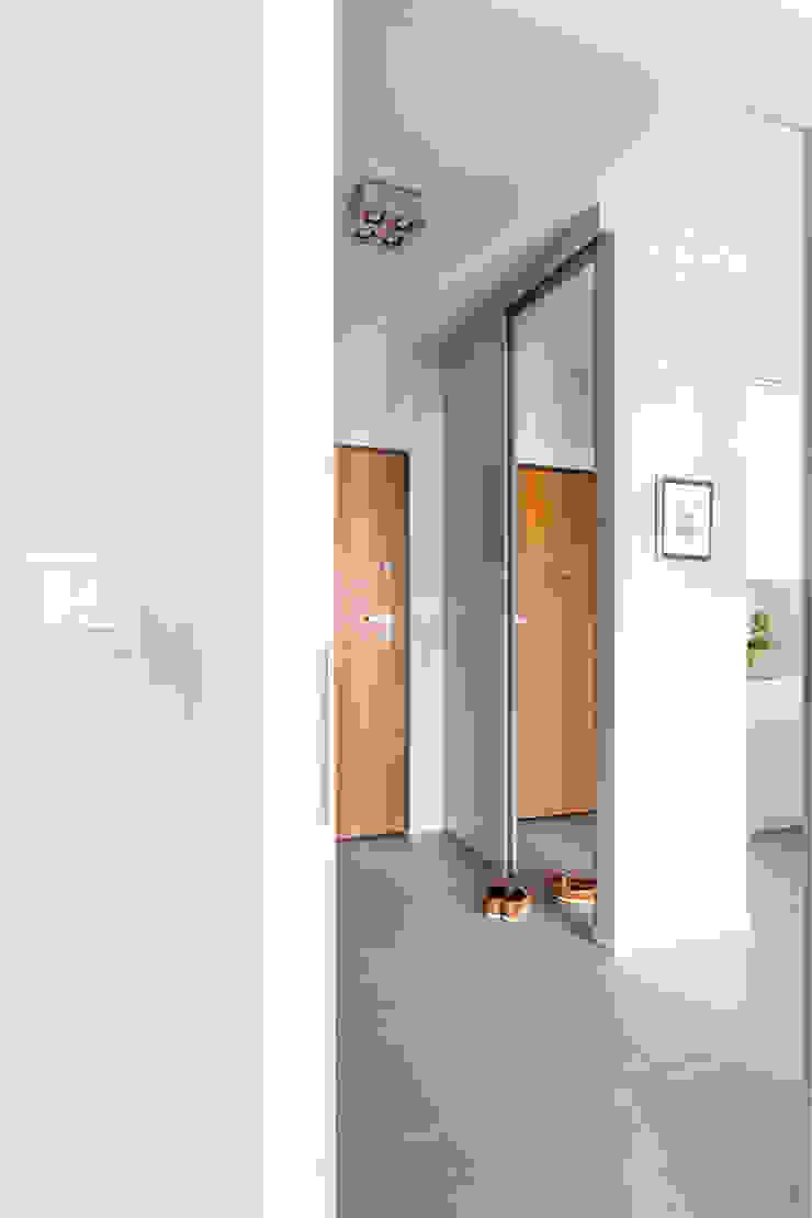Przedpokój z szafą. Minimalistyczny korytarz, przedpokój i schody od MEEKO Architekci Minimalistyczny