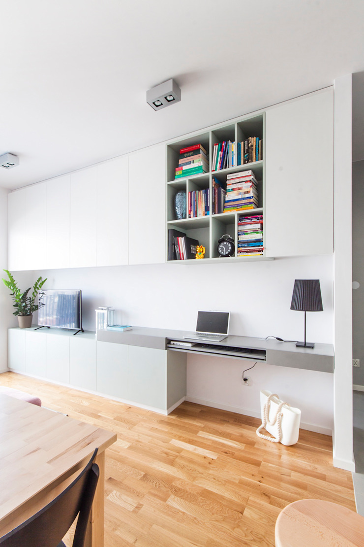 Zabudowa meblowa w salonie. Minimalistyczny pokój multimedialny od MEEKO Architekci Minimalistyczny