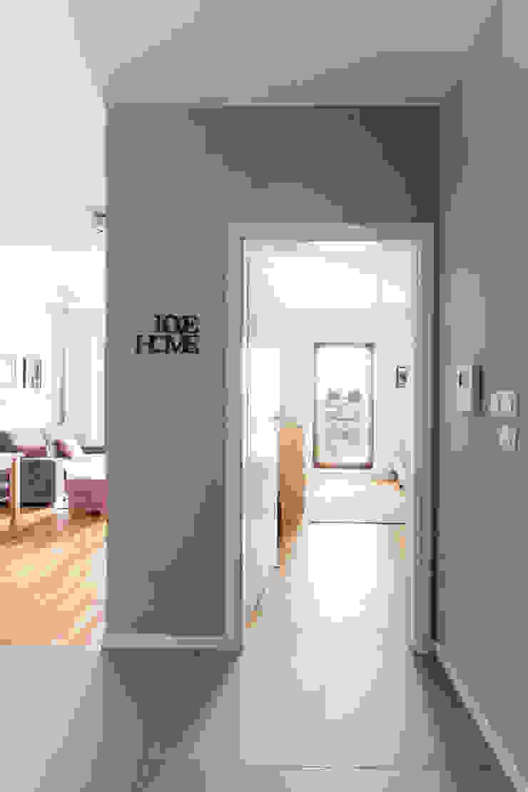 Korytarz z widokiem na pokoje. Minimalistyczny korytarz, przedpokój i schody od MEEKO Architekci Minimalistyczny