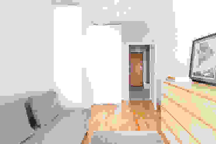 Sypialnia z narożną szafą. Minimalistyczna sypialnia od MEEKO Architekci Minimalistyczny