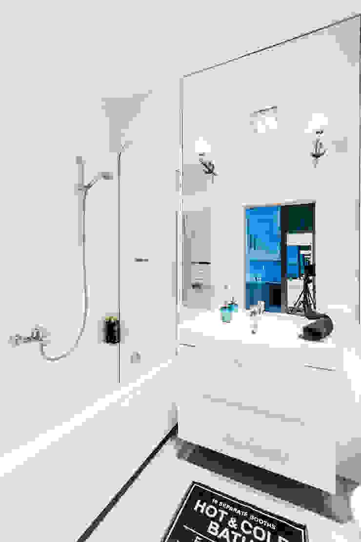 Łazienka z dużym lustrem. Minimalistyczna łazienka od MEEKO Architekci Minimalistyczny