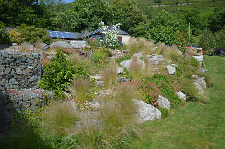 Boulders and Ornamental Grasses Country style garden by Unique Landscapes Country