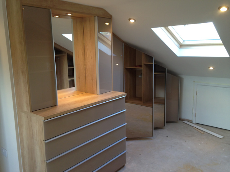 Loft fitted wardrobes with glass and mirror doors Sliding Wardrobes World Ltd Dormitorios de estilo moderno