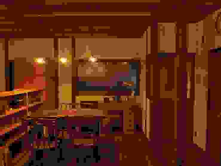 夜のダイニングキッチン1: SKY Lab 関谷建築研究所が手掛けたクラシックです。,クラシック