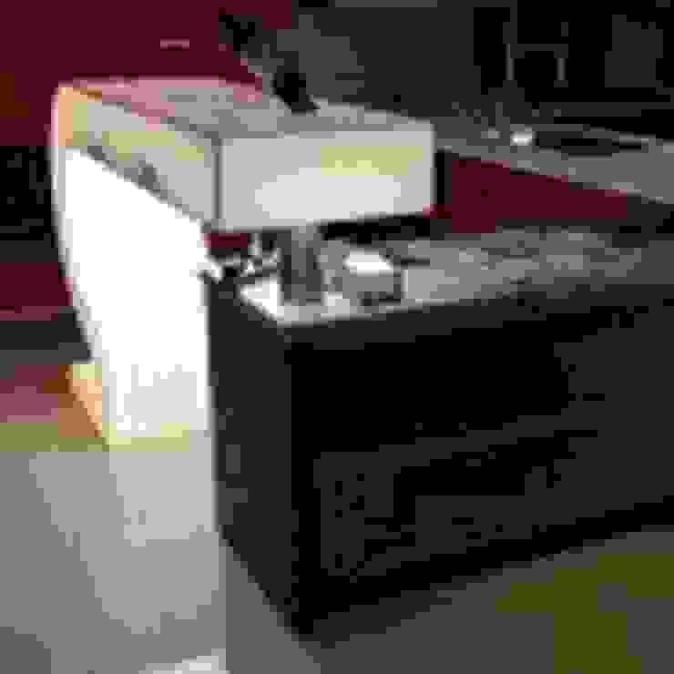 Bar con cubierta de corian translúcido Bares y clubs de estilo moderno de fabrè Moderno