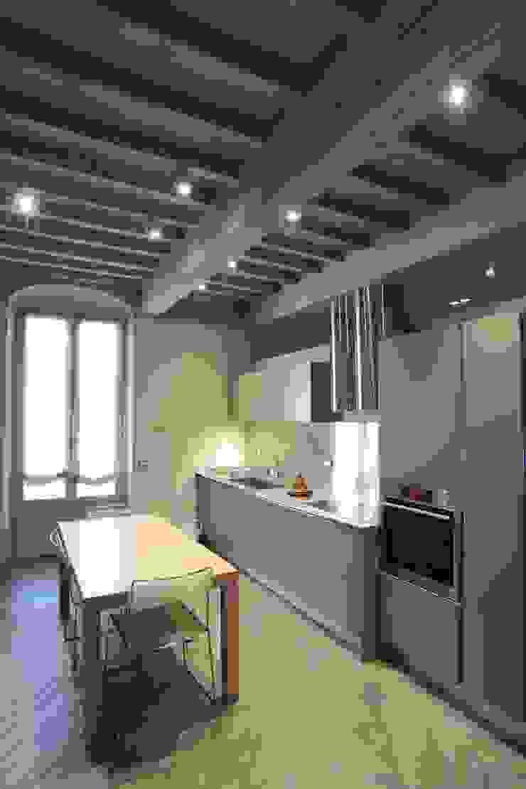 Design e tradizione: ristrutturazione e interior design di un'abitazione in un palazzo storico a Parma, Italia Case moderne di Studio BFG Moderno