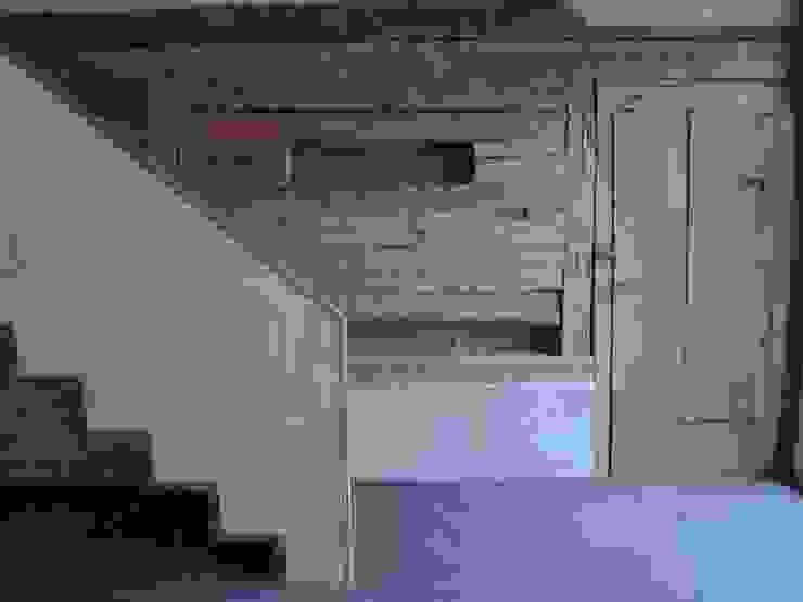 Alte Bohlenwand im Eingangsbereich Flur, Diele & Treppenhaus im Landhausstil von homify Landhaus