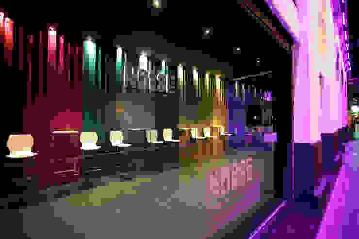 Discoteca Noise Salones de estilo moderno de Conca y Marzal Moderno