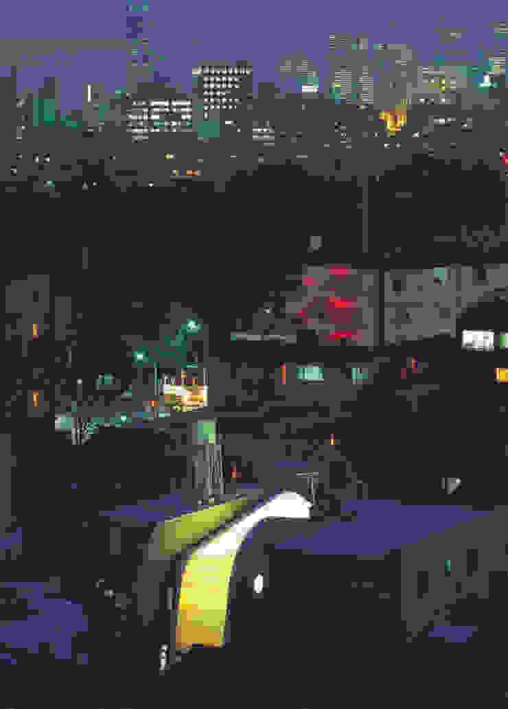 鳥瞰夜景: F.O.B Associationが手掛けた現代のです。,モダン
