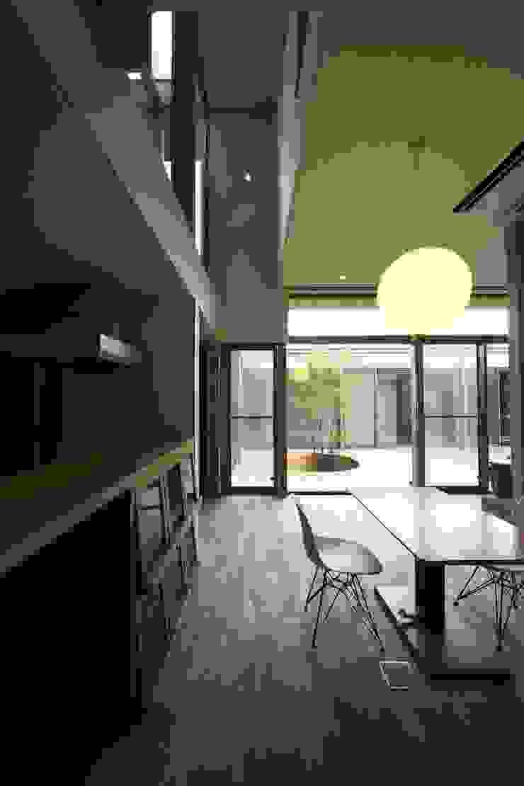 中庭を回遊する家 モダンデザインの リビング の 長坂篤建築研究所 モダン