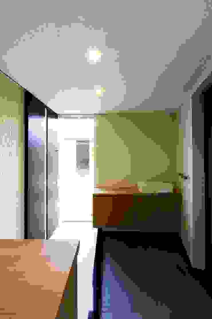 中庭を回遊する家 モダンな 窓&ドア の 長坂篤建築研究所 モダン
