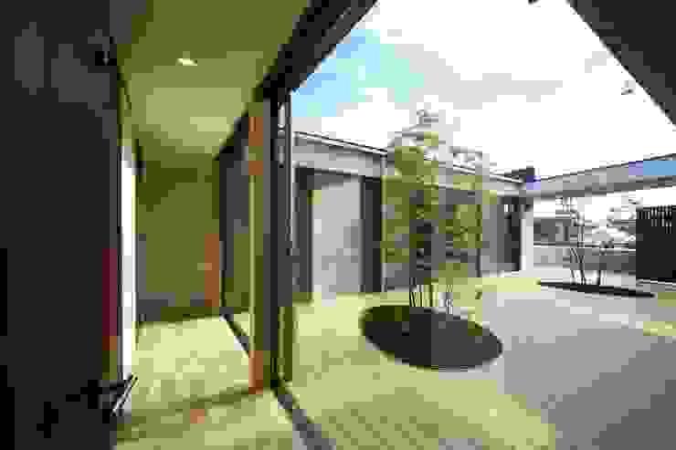 中庭を回遊する家 モダンな庭 の 長坂篤建築研究所 モダン