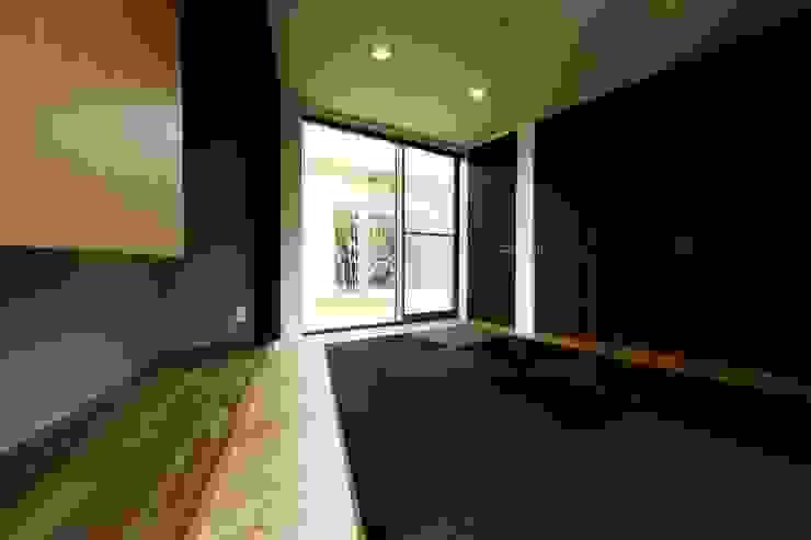 中庭を回遊する家 モダンデザインの 多目的室 の 長坂篤建築研究所 モダン