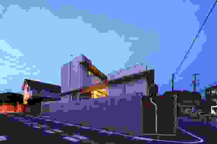 中庭を回遊する家 モダンな 家 の 長坂篤建築研究所 モダン