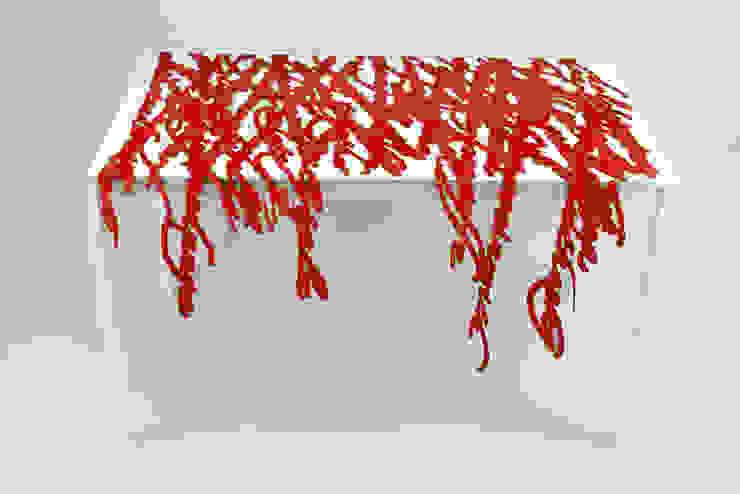 Speech in rosso di Camilla Fucili Design Moderno