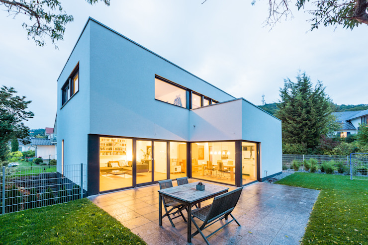 Balance House - Single Family House in Weinheim, Germany Balcones y terrazas modernos: Ideas, imágenes y decoración de Helwig Haus und Raum Planungs GmbH Moderno