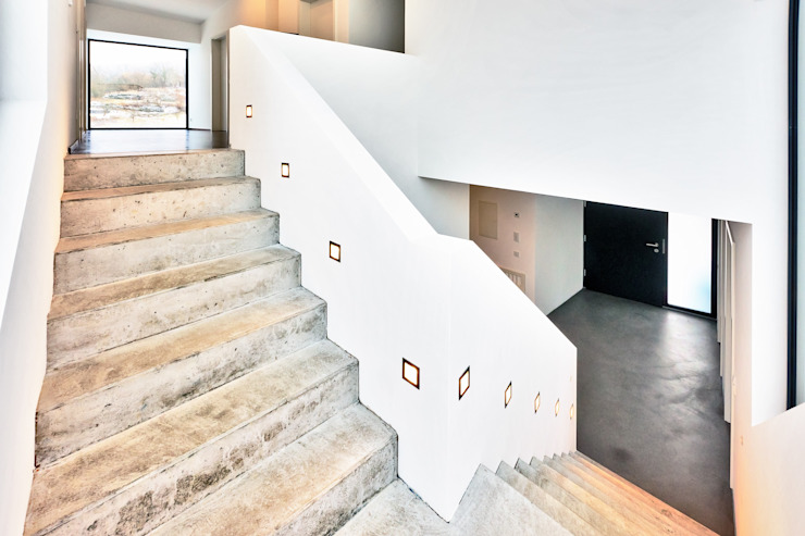 Z House, Single Family home in Seeheim, Germany Helwig Haus und Raum Planungs GmbH Modern corridor, hallway & stairs