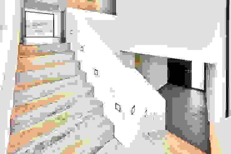 Haus Z – Einfamilienwohnhaus in Seeheim Moderner Flur, Diele & Treppenhaus von Helwig Haus und Raum Planungs GmbH Modern