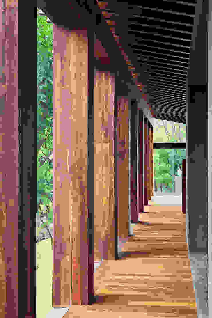 Rancho San Francisco Lopez Duplan Arquitectos 現代風玄關、走廊與階梯
