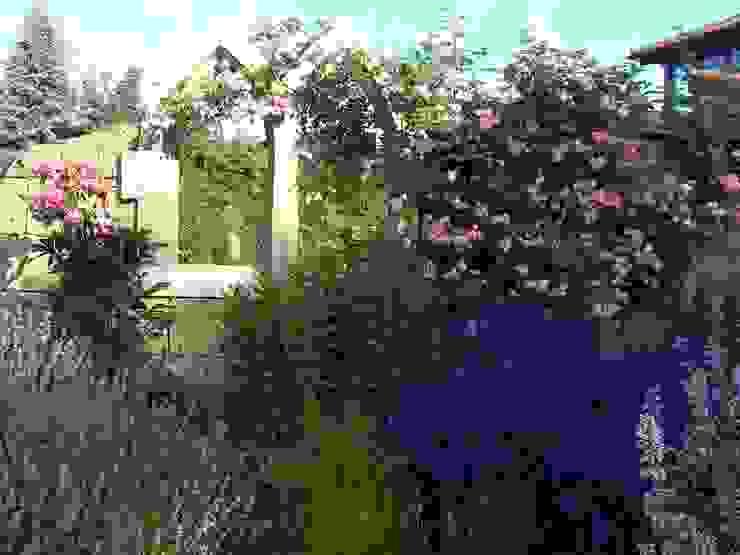 Gotisches Fenster in einer Tuffmauer. Gärten für Auge und Seele Mediterraner Garten