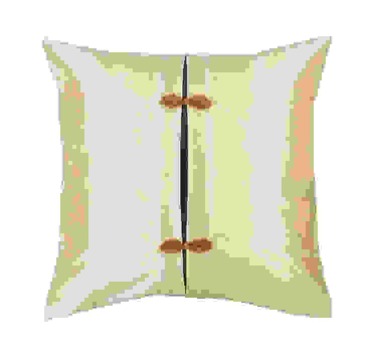 Asiatique Handmade Ivory Silk Cushion di Le Cocon Asiatico