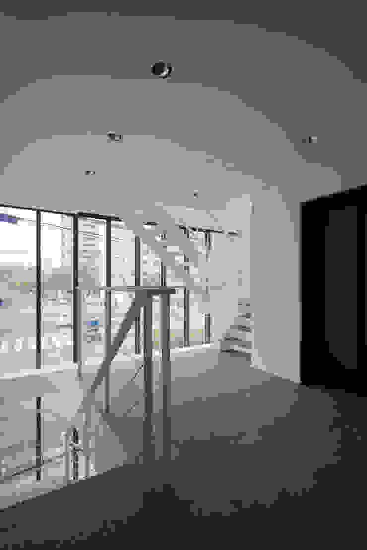 Y's bld モダンスタイルの 玄関&廊下&階段 の 設計組織DNA モダン